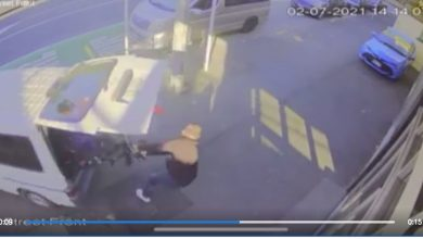 """""""Caution"""": Thief tries to steal electric scooters in daylight, but fails"""
